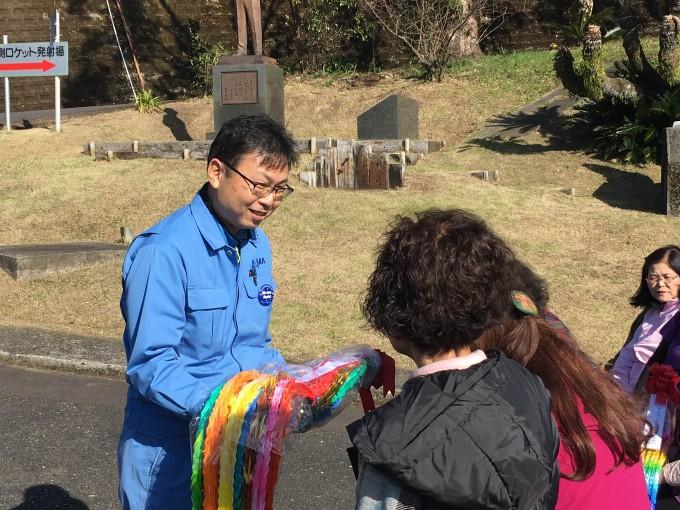 井元さんの胸には、「We Love Rocket!」と刻まれたウチノウラキモツキ共和国の缶バッジが光っています。(プレゼントしたところ、快く身につけて下さいました)